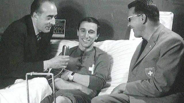 Nobert Eschmann (au centre), footballeur de l'équipe suisse, blessé lors de la Coupe du monde au Chili en 1962. [RTS]