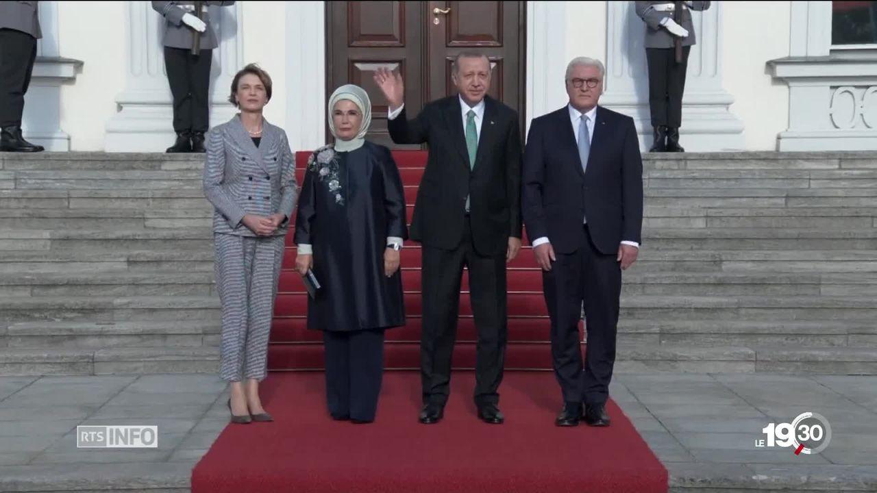 Le président turc tente de séduire Angela Merkel en Allemagne [RTS]
