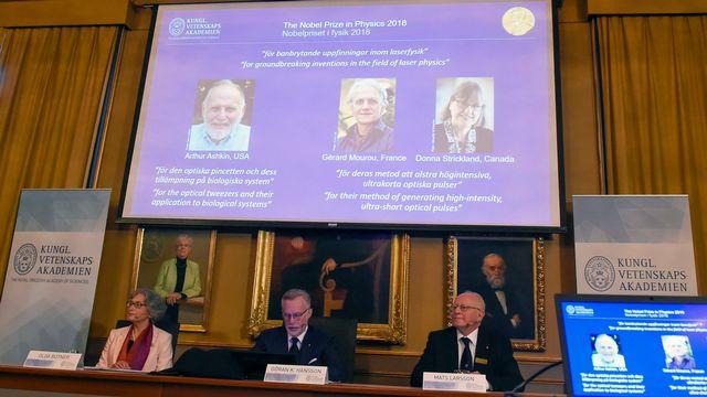 Le prix Nobel 2018 de Physique a été attribué mardi pour une moitié à l'Américain Arthur Ashkin et pour l'autre moitié au Français Gérard Mourou et à la Canadienne Donna Strickland pour leurs travaux sur les lasers et l'optique. [Hanna Franzen - EPA]
