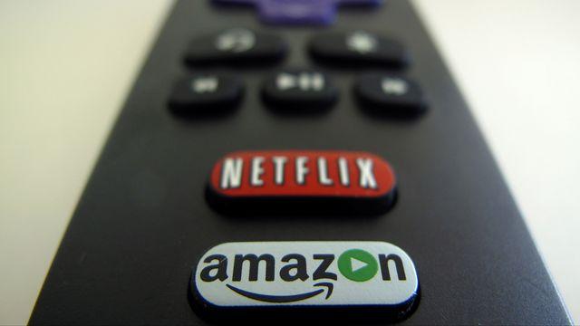 Une télécommande avec les boutons d'accès au service de vidéo à la demande Netflix, et son concurrent Amazon. [Mike Blake - Reuters]