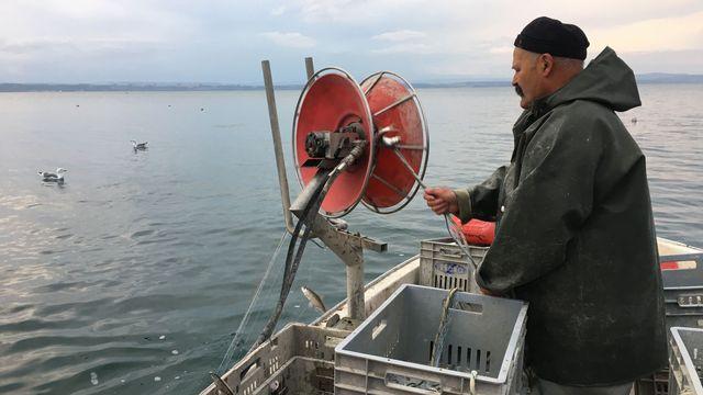 Denis Junod, pêcheur professionnel à Auvernier (NE) depuis 45 ans. [Valérie Eschler - RTS]