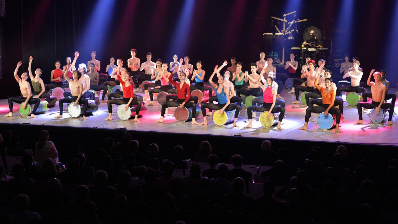 Les élèves de l'école de danse Rudra-Béjart se produisent à Lausanne en 2014. [MAXIME SCHMID - KEYSTONE]