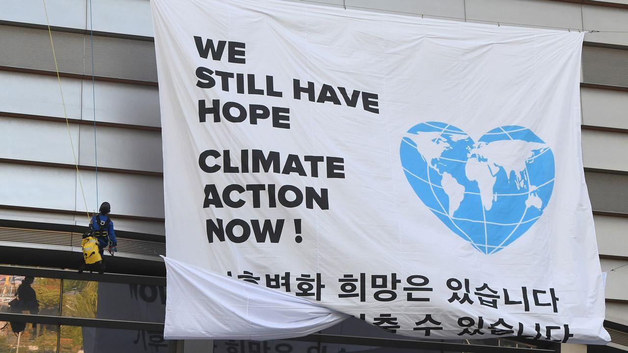 Une banderole de Greenpeace déployée lors de la session des experts du Giec sur le climat. [Jung Yeon-Je - AFP]