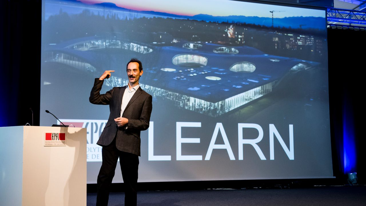 Le professeur Francesco Mondada, directeur de Learn, parle lors de l'inauguration du Centre dédié aux sciences de l'éducation à l'EPFL. [Jean-Christophe Bott - Keystone]
