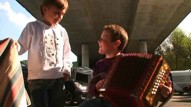 Enfants tsiganes jouant de l'accordéon en 2008. [RTS]
