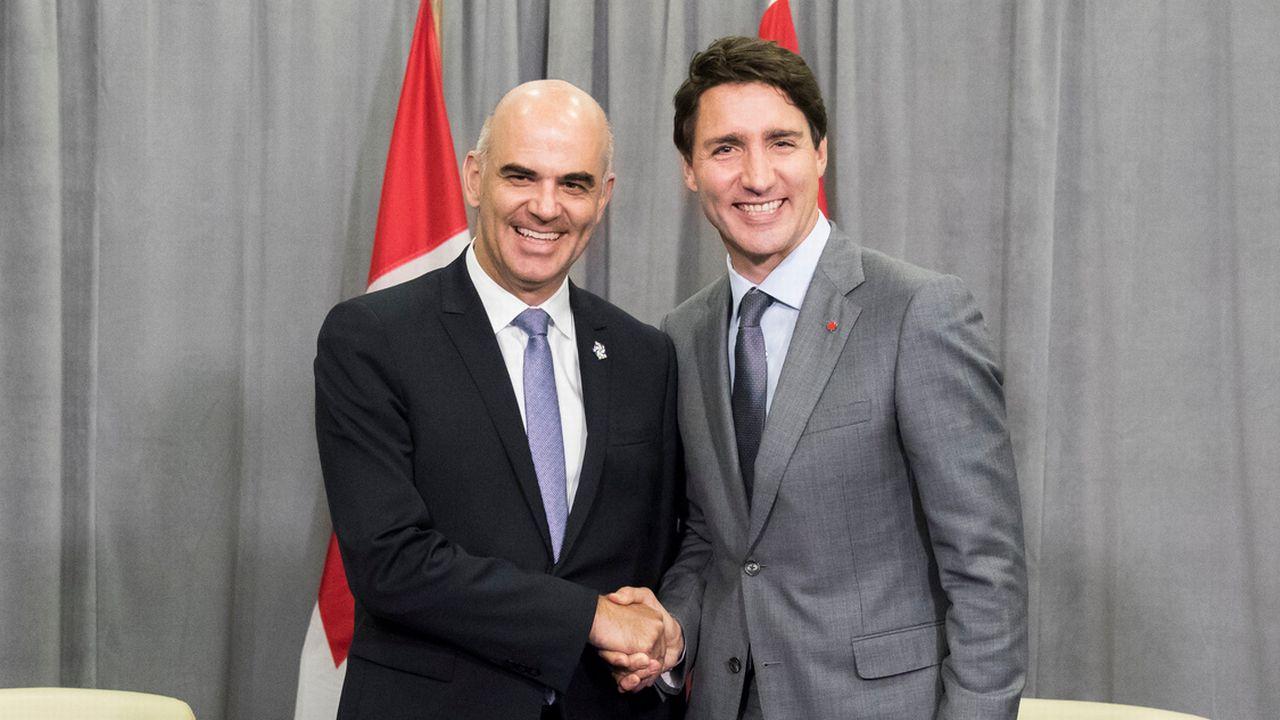 Alain Berset et Justin Trudeau, lors du sommet de la Francophonie en Arménie. [Peter Klaunzer - Keystone ]