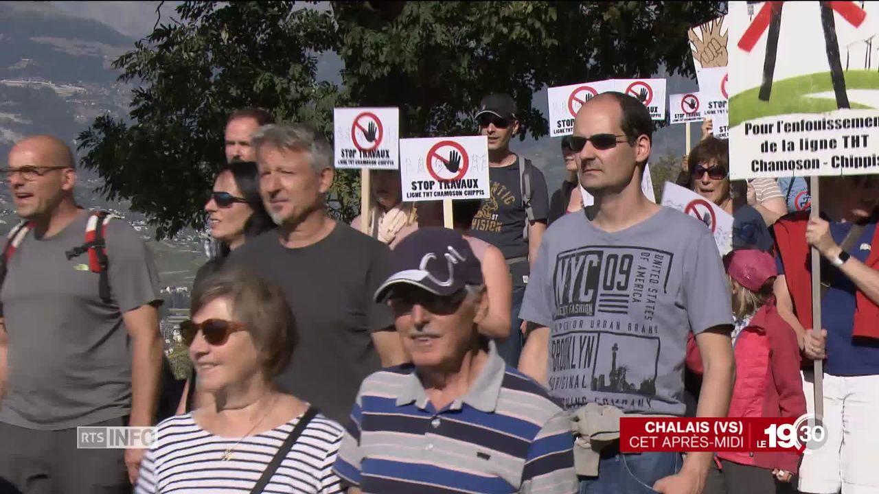 Plus de 200 personnes manifestent pour l'arrêt des travaux de la ligne à très haute tension (THT) Chamoson-Chippis (VS). [RTS]