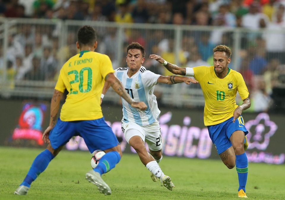 Lo Celso et Neymar se battent pour conserver la possession de la balle à mi-terrain. [AFP]