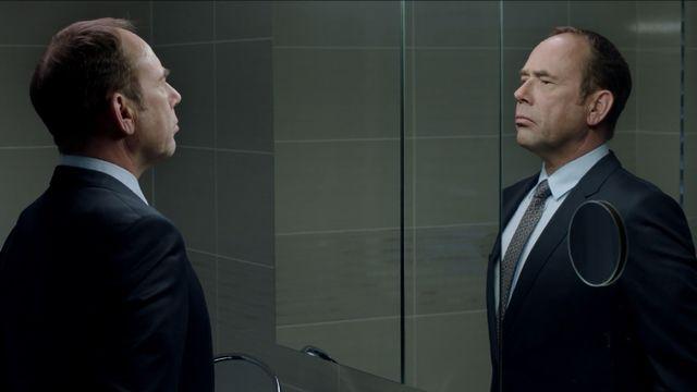 """Une scène du film """"Ceux qui travaillent"""", d'Antoine Russbach, avec Olivier Gourmet. [Box Productions - RTS]"""