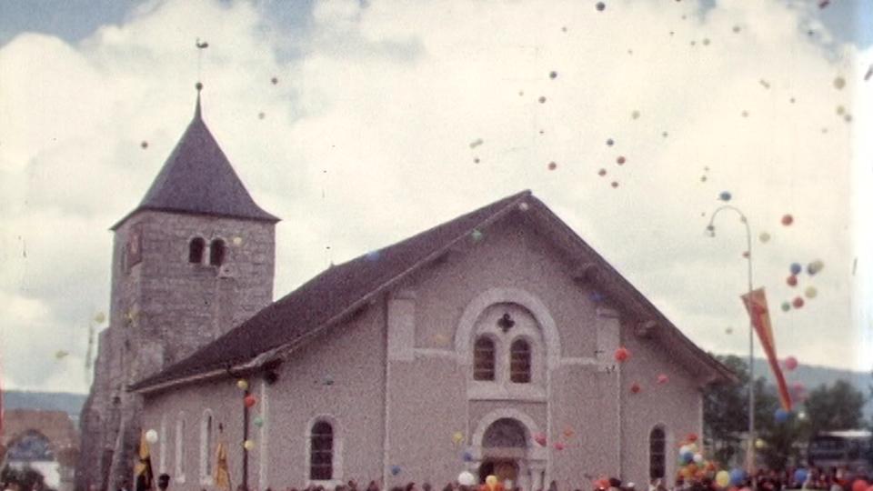 L'église de l'Abbaye, son clocher et son coq, en tout petit... [RTS]