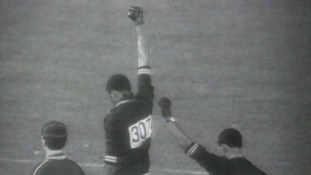 Les athlètes noirs américains Tommies Smith et John Carlos aux Jeux olympiques de Mexico, 1968. [RTS]