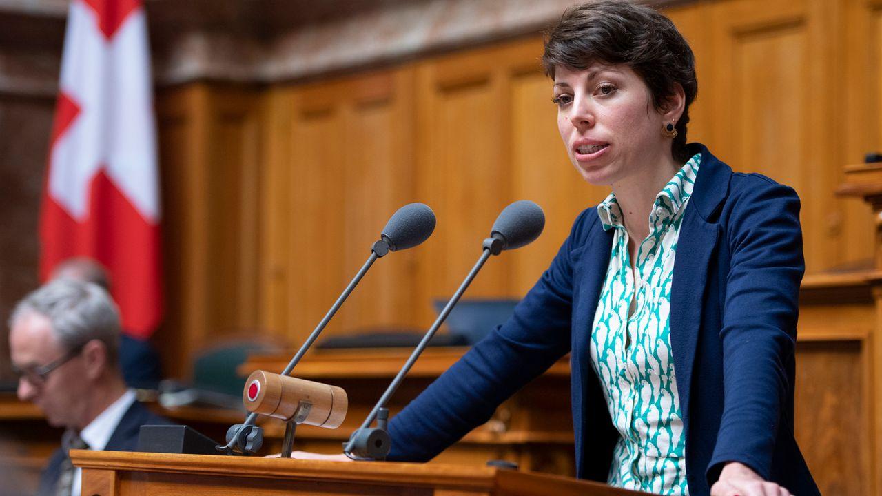 La conseille nationale Lisa Mazzone (Les Verts/GE) au pupitre de la chambre basse lors de la session d'automne 2018 à Berne. [Anthony Anex - Keystone]