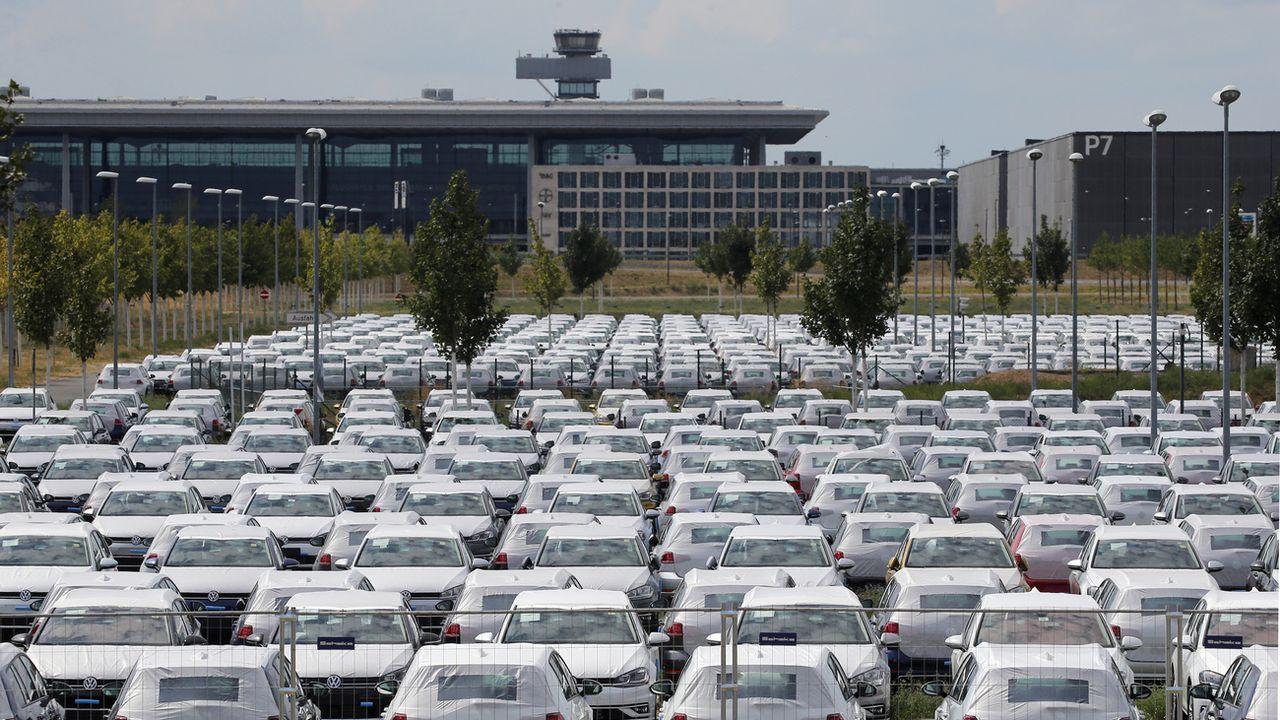 Des milliers de voitures de la marque VW ont été stockées à l'aéroport de Berlin-Brandebourg. [Wolfgang Kumm - DPA/Keystone]