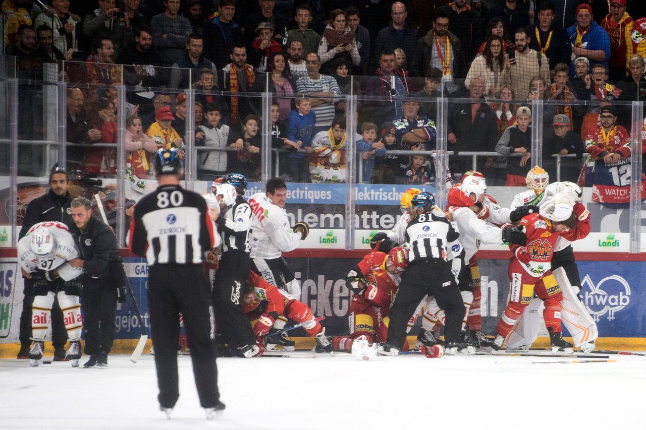 Il a plus été question de boxe que de hockey lors du 1er tiers. [Peter Schneider - Keystone]