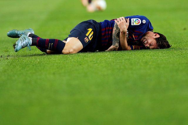 Lionel Messi est resté au sol quelques minutes en se tenant le bras. [Alejandro Garcia - Keystone]