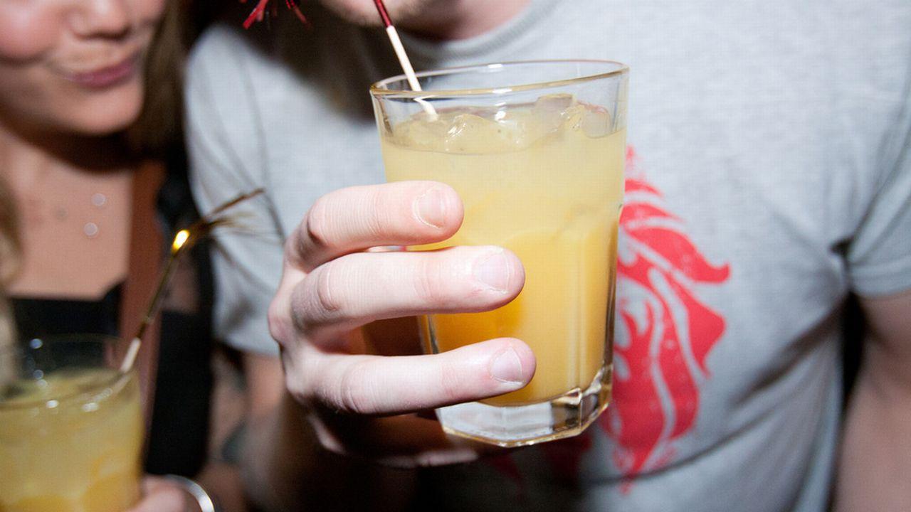 Les Romands sont plus souvent hospitalisés à cause de l'alcool. [Ueli Christoffel - Keystone]