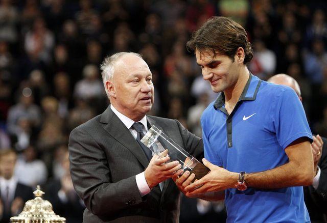 Roger Brennwald remet le titre à Roger Federer en 2015. [Urs Flüeler - Keystone]