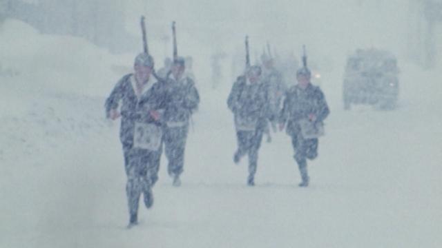 Course militaire entre La Chaux-de-Fonds et Le Locle, 1970. [RTS]