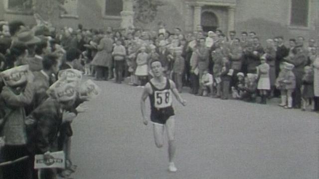 Concurrent à l'arrivée de la course Morat-Fribourg, années 60. [RTS]