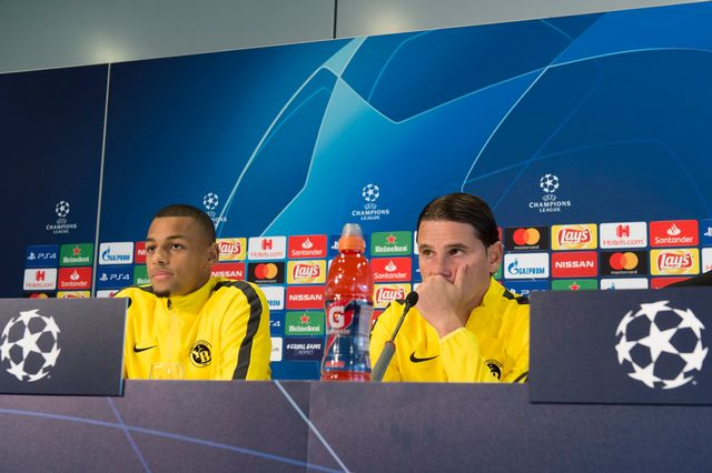 L'entraîneur de YB, Gerardo Seoane accompagné de Djibril Sow lors de la conférence de presse. [Lukas lehmann - Keystone]