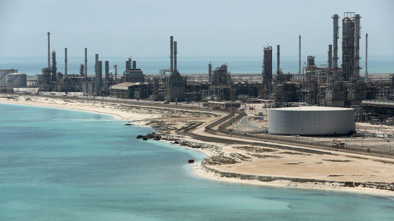 La raffinerie de Ras Taruna en Arabie saoudite, opérée par la compagnie pétrolière nationale Saudi Aramco. [Ahmed Jadallah - Reuters]