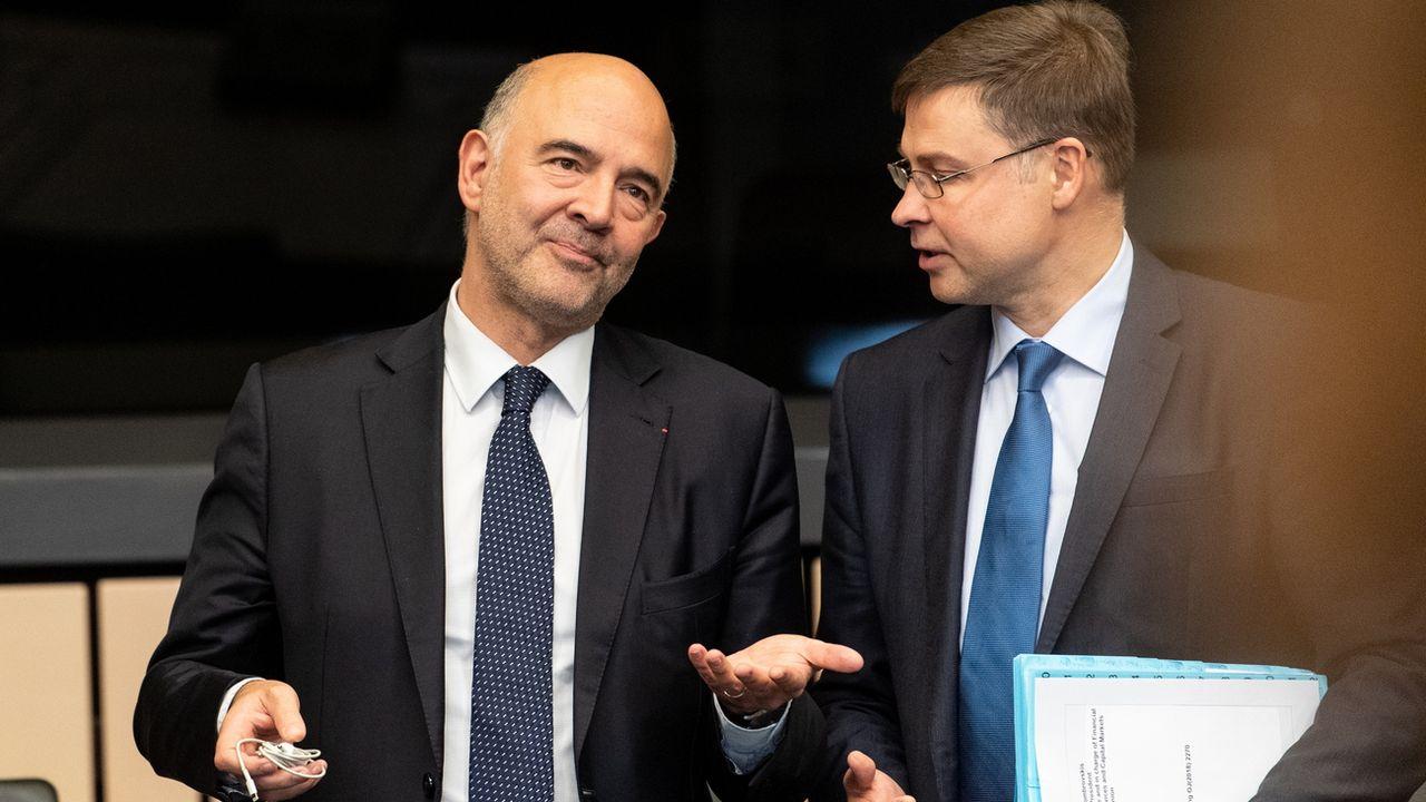 Les commissaires européens Pierre Moscovici et Valdis Dombrovskis (de g. à d.) avant la réunion de la Commission, où a été discuté le controversé budget italien pour 2019. [Patrick Seeger - EPA]