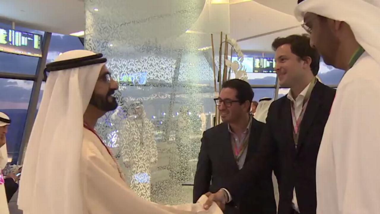Guillaume Barazzone, serrant la main au vice-président des Emirats Arabes Unis. L'élu genevois est ici accompagné de Diego Aponte, patron de MSC.