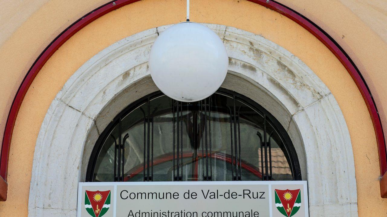 La commune de Val-de-Ruz (NE) devra décider si elle éteint ses candélabres la nuit. [Keystone - Jean-Christophe Bott]