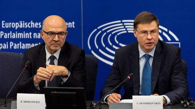 Pierre Moscovici, commissaire européen aux affaires économiques et monétaires, et Valdis Dombrovskis, vice-président de la Commission européenne. [Patrick Seeger - EPA/Keystone]