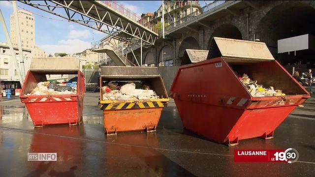 Lausanne expose ses déchets sauvages pour provoquer une prise de conscience : 4,5 tonnes sont ramassées chaque jour. [RTS]