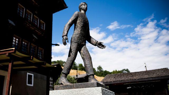 La statue de César Ritz dans son village natal de Niederwald. [Jean-Christophe Bott - Keystone]