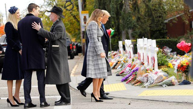 Donald Trump et sa femme Melania devant la synagogue à Pittsburgh.   [Kevin Lamarque - Reuters]