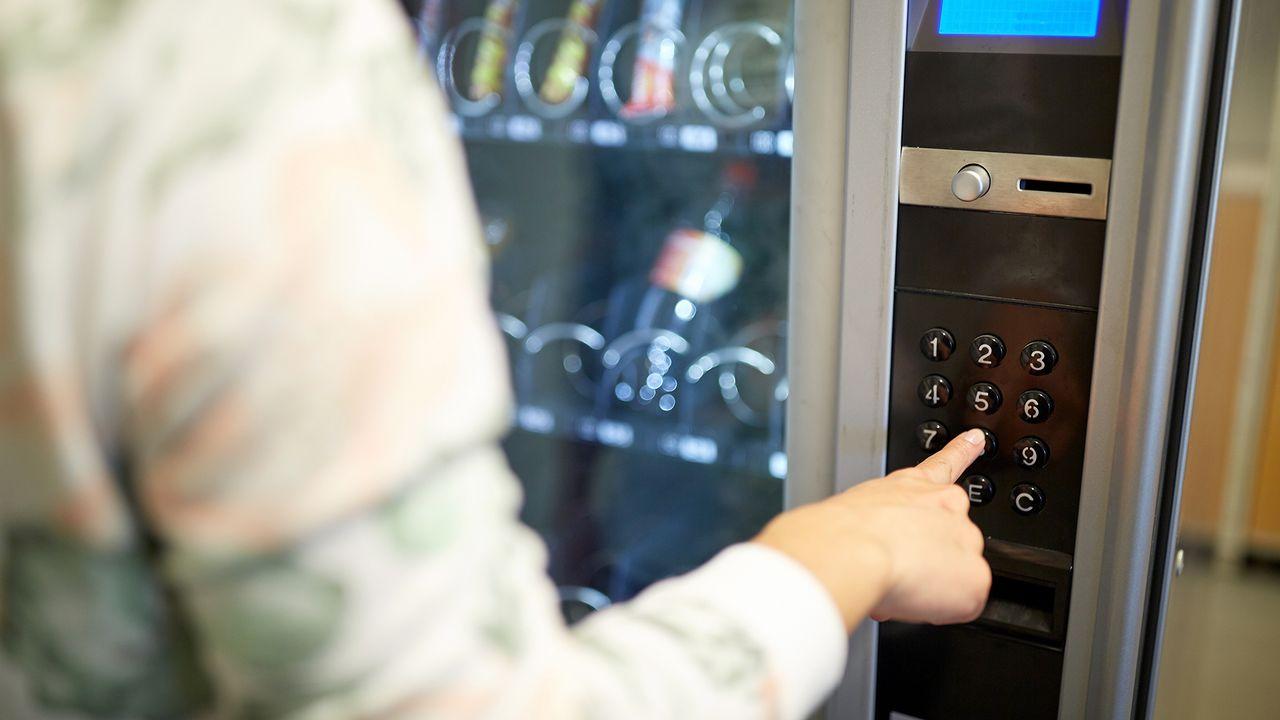 Les boissons sucrées et les barres chocolatées occupent trop de place dans les automates. [Syda Productions - Fotolia]