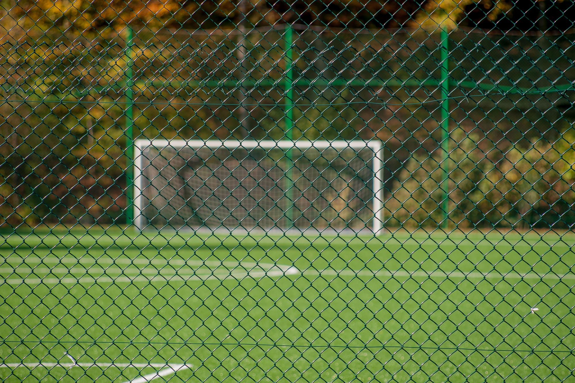 Terrain de football grillagé.