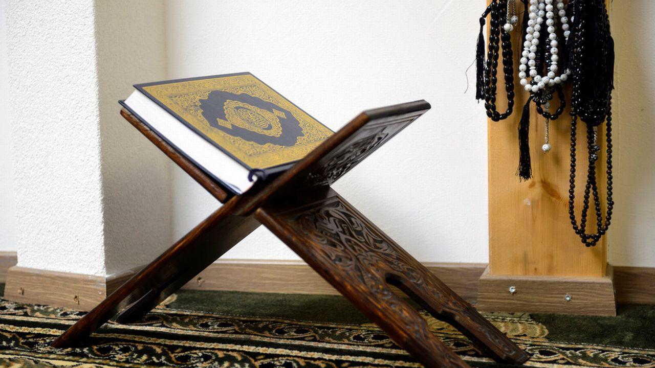 Des chapelets musulmans et un Coran (photo prétexte). [Laurent Gillieron - KEYSTONE]