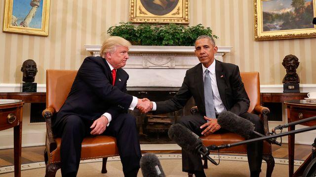 L'ambiance ne s'est pas détendue entre Donald Trump (gauche) et Barack Obama, depuis cette poignée de main du 10 novembre 2016, au moment où le républicain venait d'être élu. [PABLO MARTINEZ MONSIVAIS - AP]