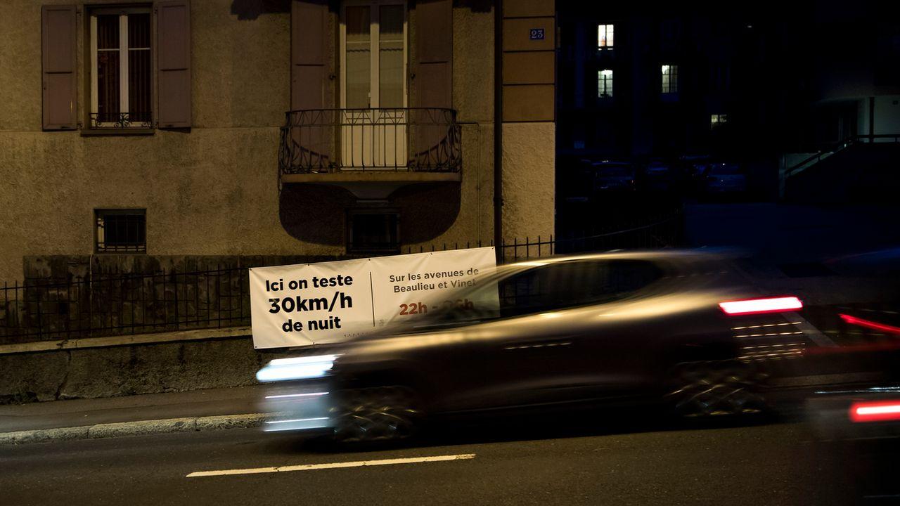 De nombreux citadins souffrent de la pollution sonore due au trafic nocturne. [Jean-Christophe Bott - Keystone]