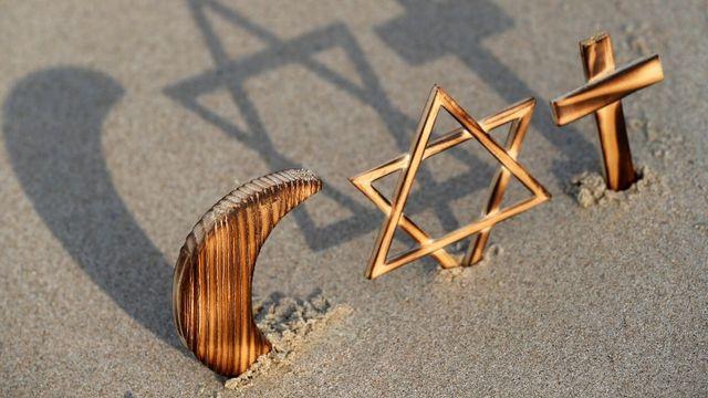 Les symboles de l'islam, du judaïsme et du christianisme. [Robert Harding Premium - AFP]