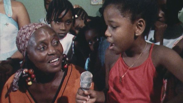 Miriam Makeba chante avec sa petite-fille [RTS]