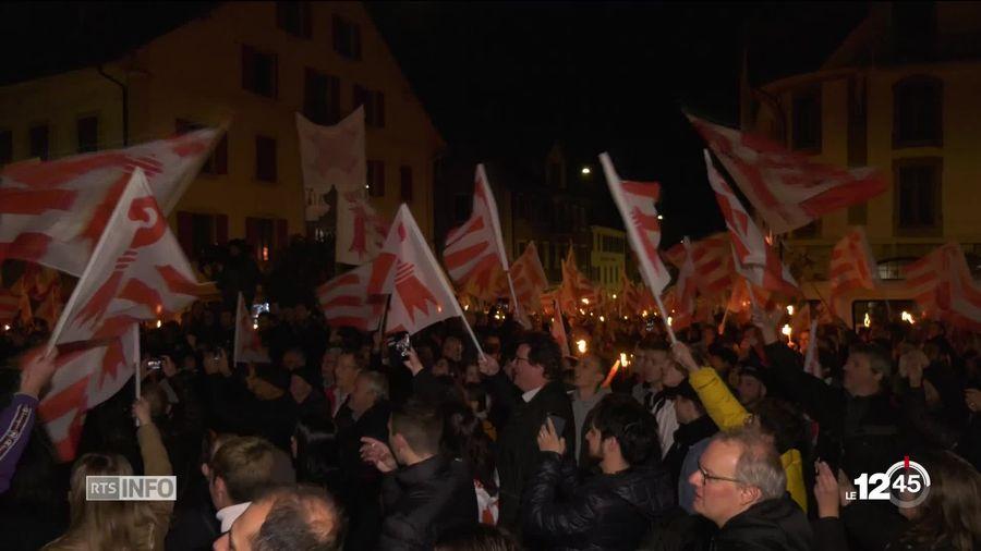 Plus de 5000 personnes ont défilé vendredi soir en faveur du rattachement de Moutier au canton du Jura.
