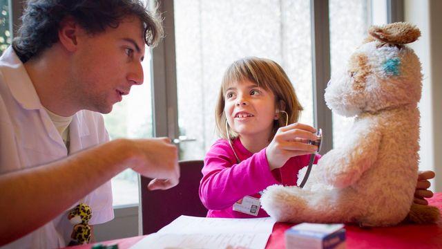 Les étudiants en médecine accueillent les enfants et leurs doudous à l'hôpital. [Cyril Zingaro - Keystone]