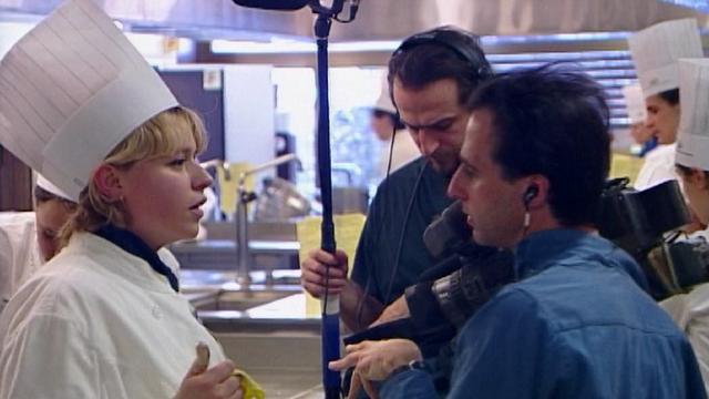 Tournage d'un feuilleton documentaire à l'Ecole hôtelière de Lausanne, 1999. [RTS]