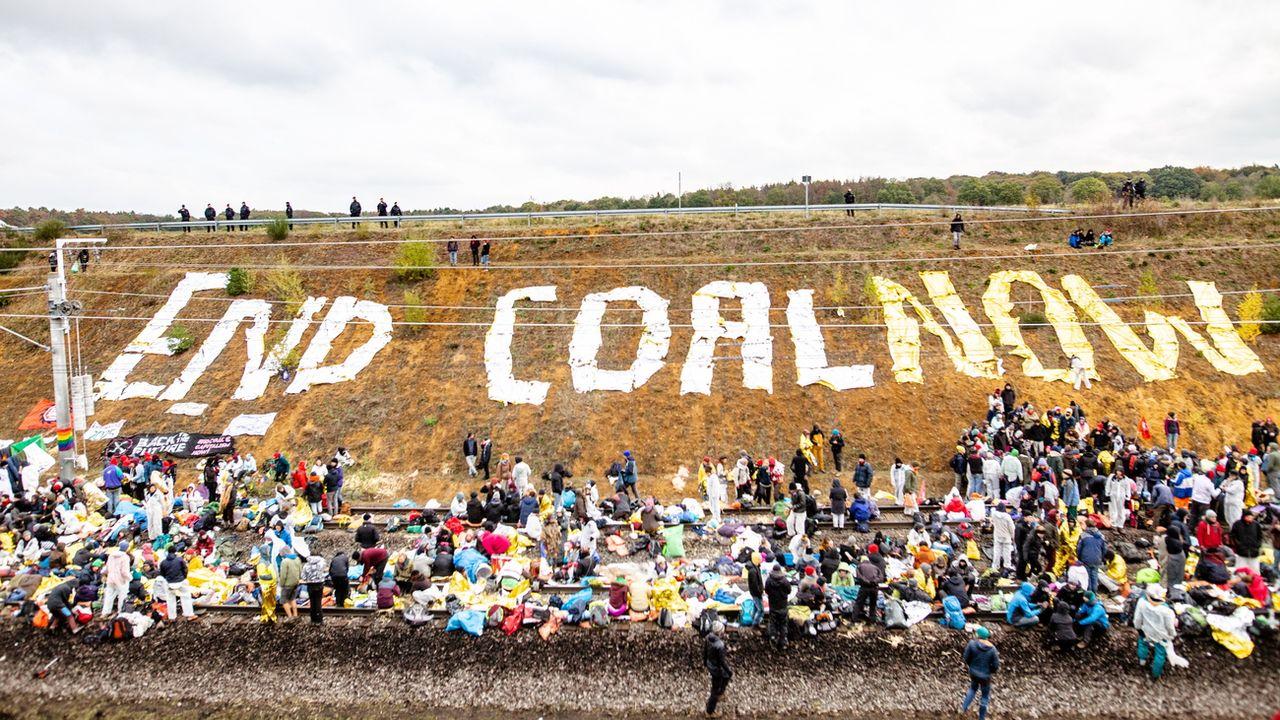 Des militants écologistes ont bloqué l'accès ferroviaire à la mine de charbon de Hambach en Allemagne. [Jonas Nolden - EPA/Keystone]