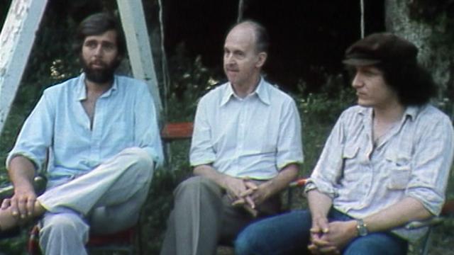 De gauche à droite : Michel Devrient, André Paul et Raymond Burki, dessinateurs, en 1979. [RTS]