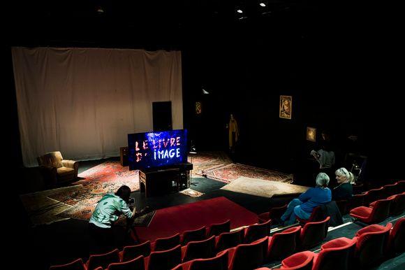 """La scénographie permettant de voir le dernier film """"Le livre d'image"""" du cinéaste Jean-Luc Godard est visible dans une salle du Théâtre de Vidy."""