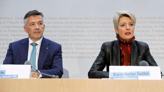 Les deux candidats au Conseil fédéral Hans Wicki et Karin Keller-Sutter lors de la conférence organisée après le choix du ticket PLR. [Peter Klaunzer - Keystone]