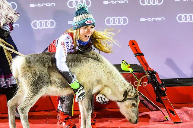 Shiffrin a reçu un renne comme le veut la tradition à Levi. [Kimmo Brandt - Keystone]