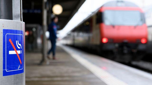 Les gares deviendront des lieux non fumeurs à partir du 1er juin 2019. [Laurent Gillieron - Keystone]