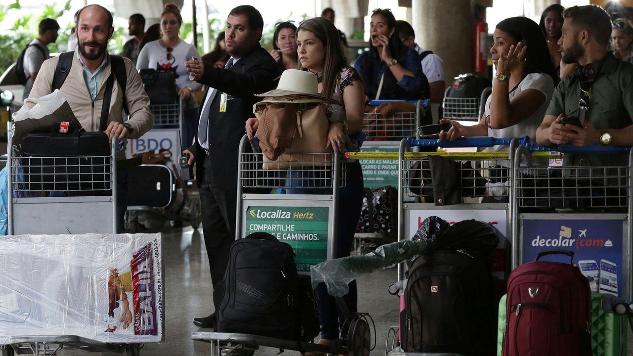 Des médecins cubains en partance à l'aéroport de Brasilia, jeudi 22.11.2018. [Eraldo Peres - AP/Keystone]