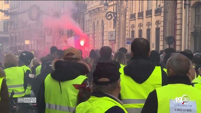 En France, les gilets jaunes poursuivent leurs manifestations. Nicolas Hulot estime que cette crise aurait pu être évitée. [RTS]